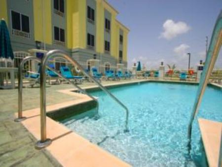 Swimming pool Holiday Inn Express Trincity