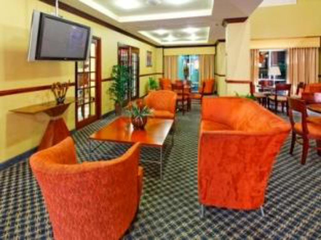 Lobby Holiday Inn Express Trincity