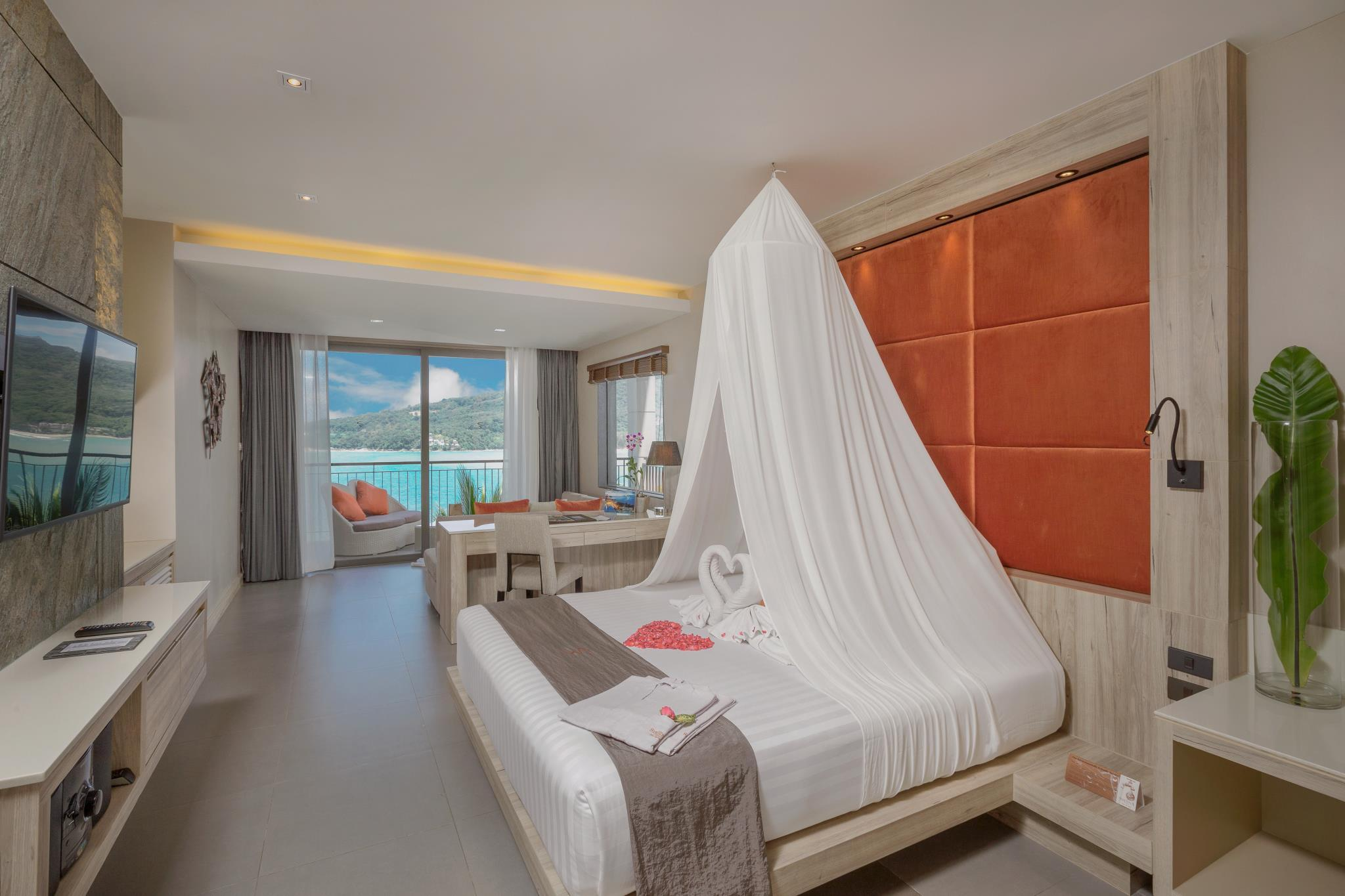 Honeymoon Sea View Suite with Jacuzzi