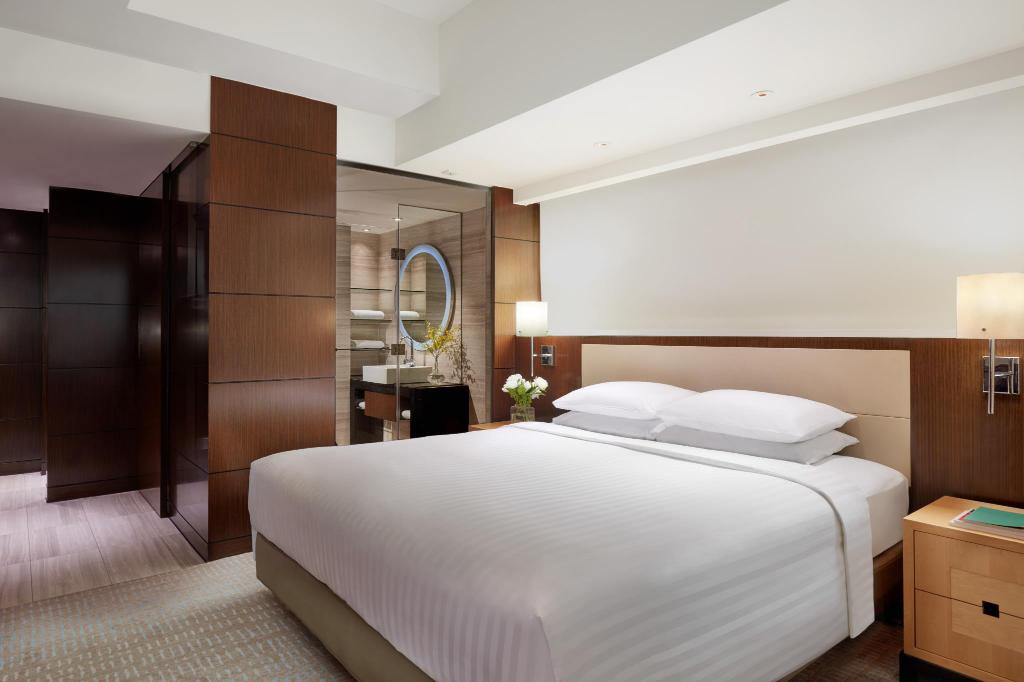 Deluxe, Guest room, 1 King, City view - Bed Courtyard Hong Kong