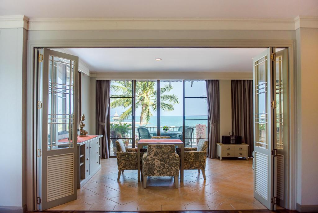 2-Bedroom Luxury Seafront Family Suite - Separate living room