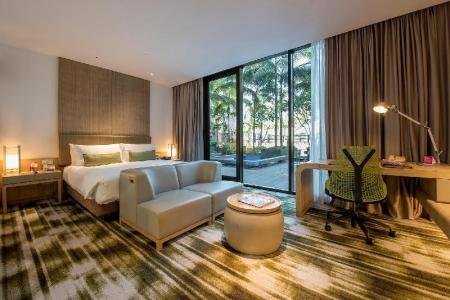1 King Bed Club Non-Smoking - Guestroom Crowne Plaza Changi Airport