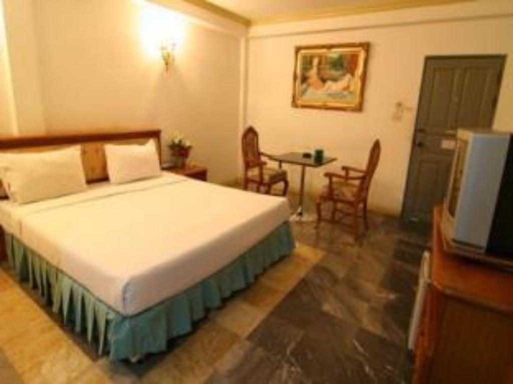 Double Bed 13 Coins Resort Yothin Pattana