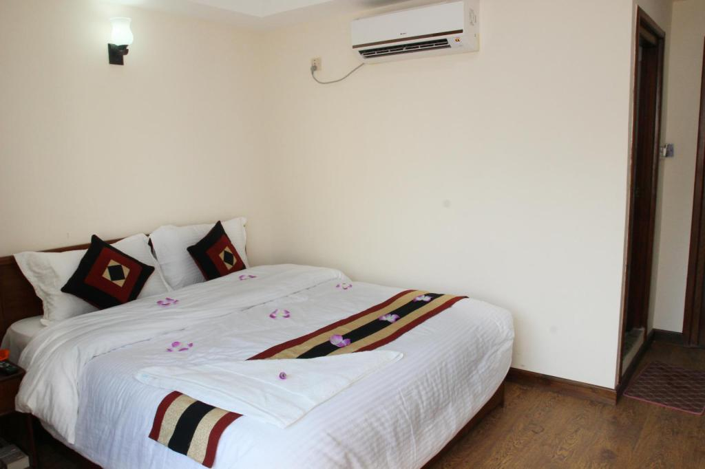 Deluxe Single (1 Queen bed) - Bed Hotel Everest Nepal