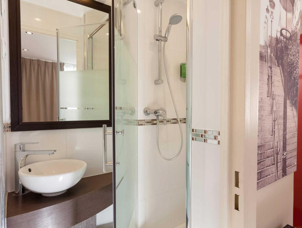 Bathroom Comfort Hotel Lamarck Paris 18