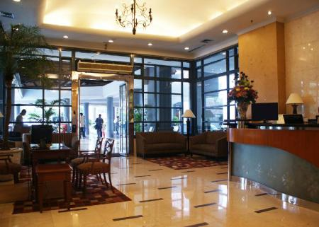 Lobi Grand Tropic Suites Hotel