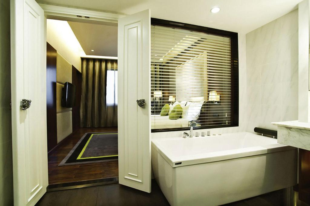 Bathroom Movenpick Hotel Hanoi