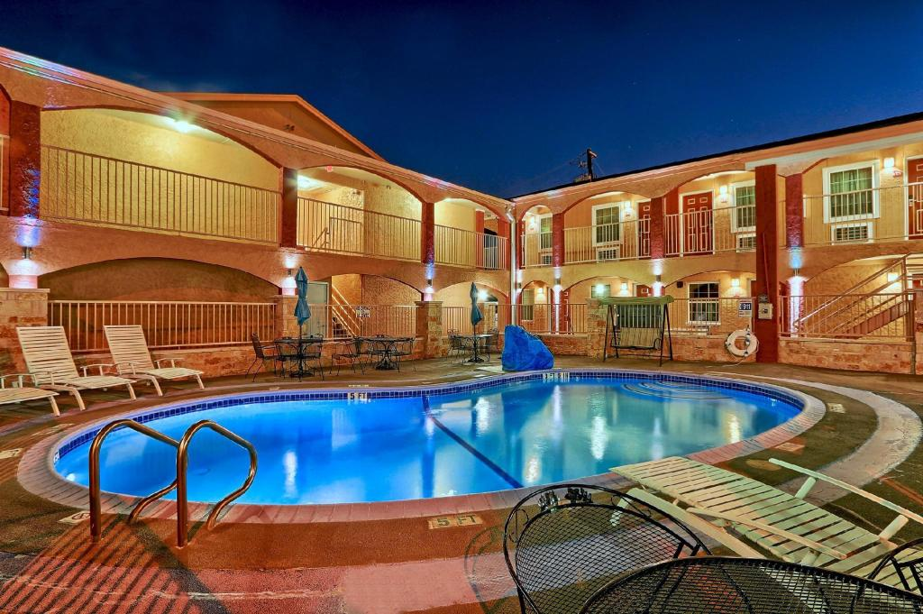 външен басейн Americas Best Value Inn - Austin, TX