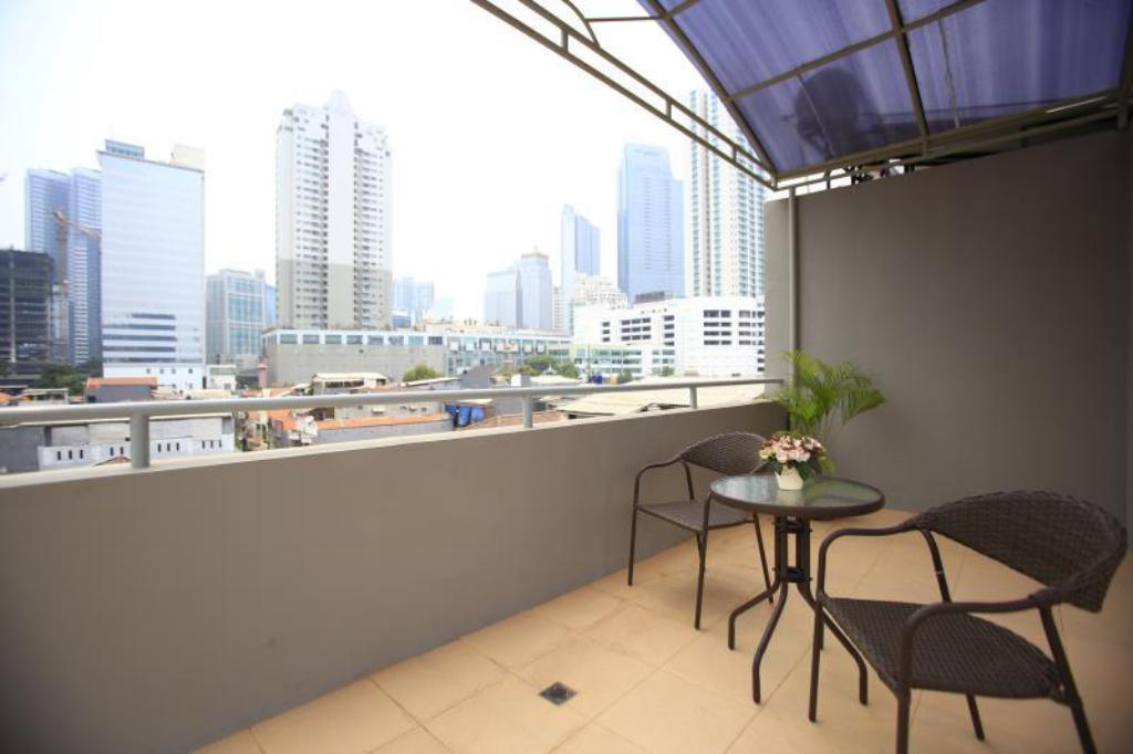 Balcony/terrace RedDoorz @ Karet Pedurenan 2