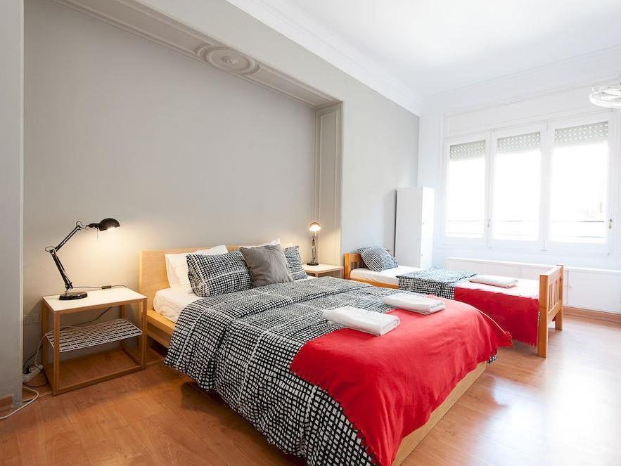 Triple - amb 1 llit de matrimoni + 1 llit individual amb bany (Triple - 1 Double Bed + 1 Single Bed with bathroom)