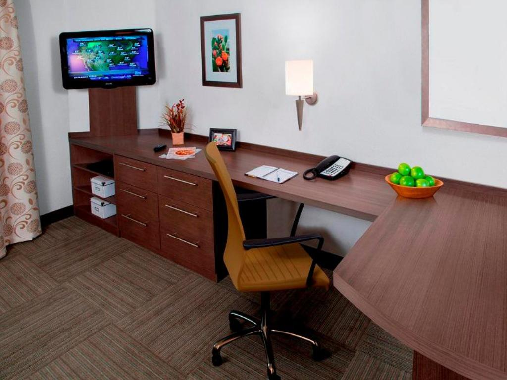 Business center Candlewood Suites Bay City