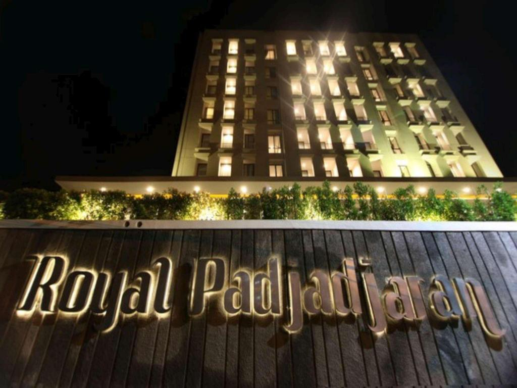 Hotel royal padjajaran bogor in indonesia room deals for Hotel royal