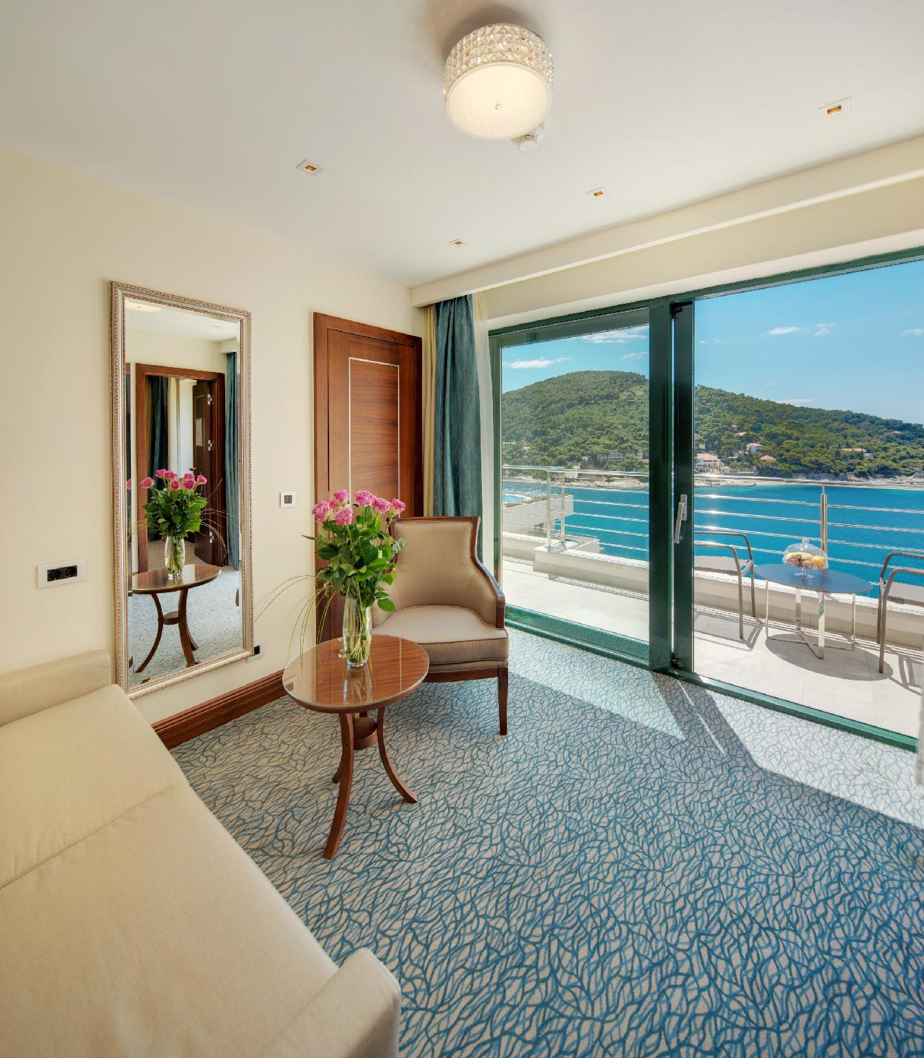 Suite con balcón y vistas al mar (Suite with Balcony and Sea View)