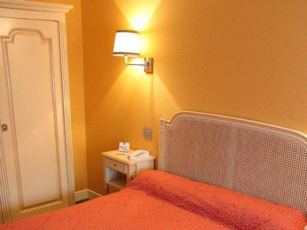 Standard Double Bed - Guestroom Hotel Henry II Beaune Centre