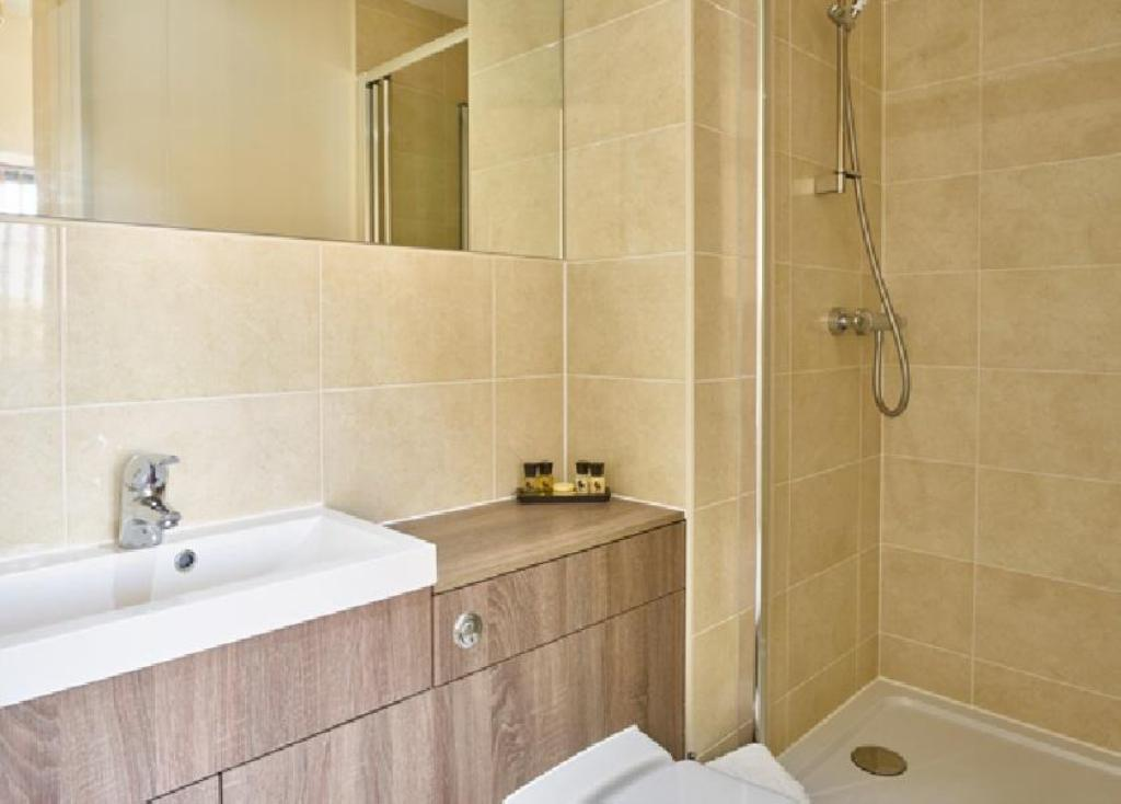 Bathroom Charter House - Shortstay MK Serviced Apartments