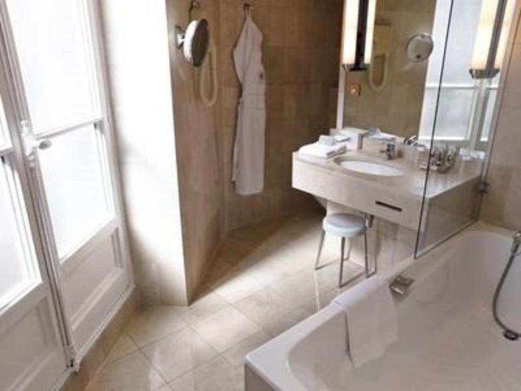 Bathroom B4 GRAND HOTEL LYON