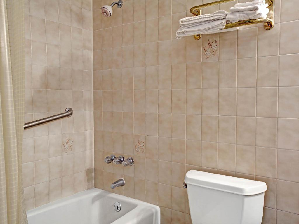 Baño Super 8 By Wyndham Jamaica North Conduit