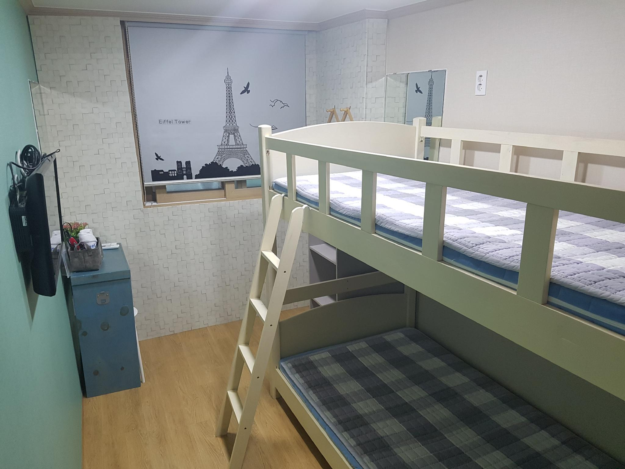 Bunk Twin (Private Bathroom)