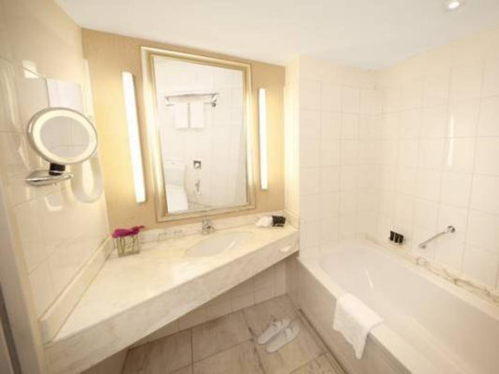 Deluxe Double or Twin Room - Bathroom Bilderberg Garden Hotel