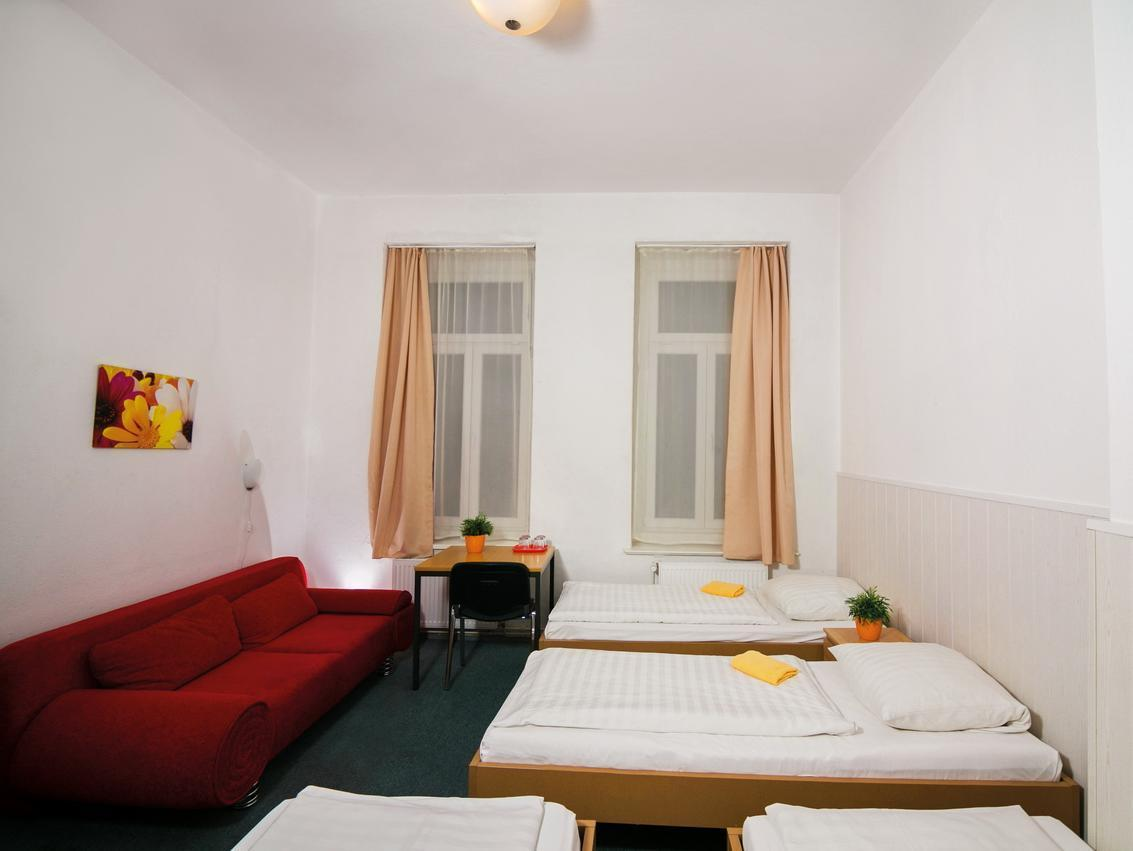 Kambarys su 4 lovomis ir bendru vonios kambariu (Room with 4 Beds and Shared Bathroom)