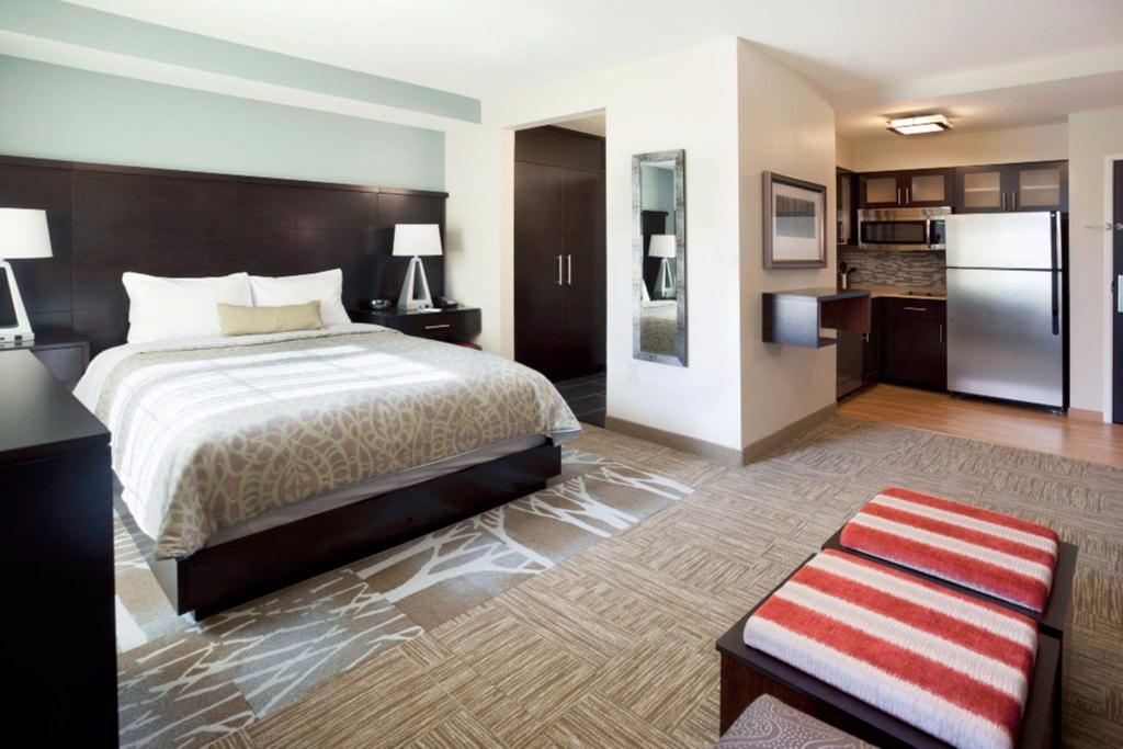 Studio Suite 1 King Hearing Accessible Non-Smoking - Viesistaba Staybridge Suites Des Moines Downtown