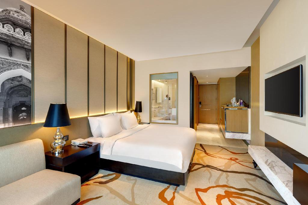 Deluxe Room King - Bedroom Pride Plaza Hotel Aerocity Delhi
