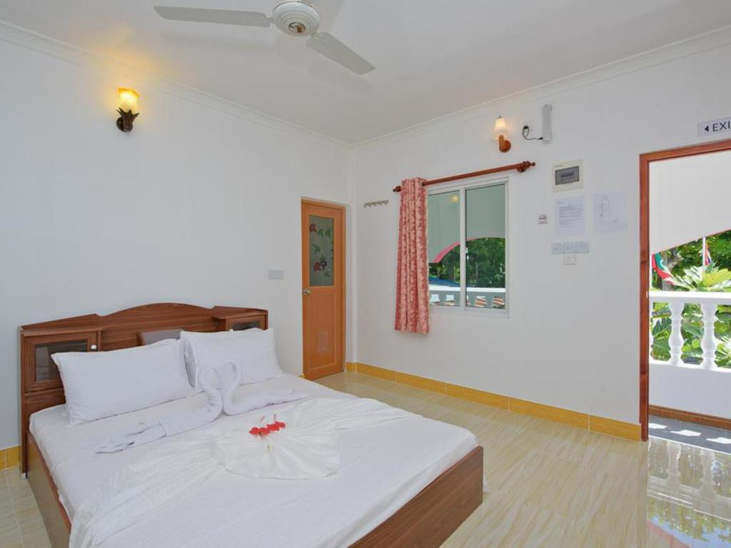 Deluxe Double Room Balcony Finiroalhi Guest House Thoddoo
