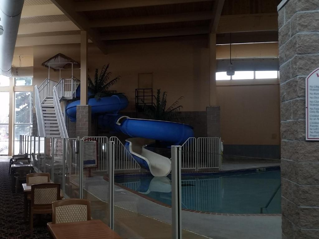 Peldbaseins Grand Forks Inn & Suties (Grand Forks Inn & Suites)