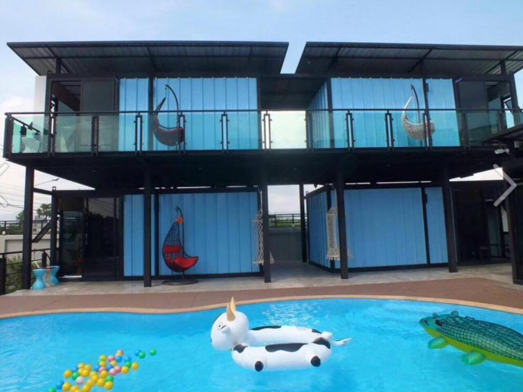 Hotellet indefra Blue Container Pool Villa