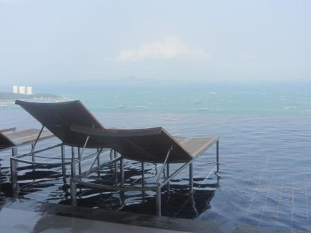 Piscina Centric Sea Pattaya Condo by Pattaya Lettings