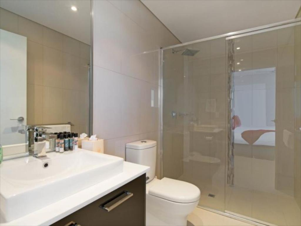 3 Bedroom Apartment - Bathroom 69 @ Kube Holiday House