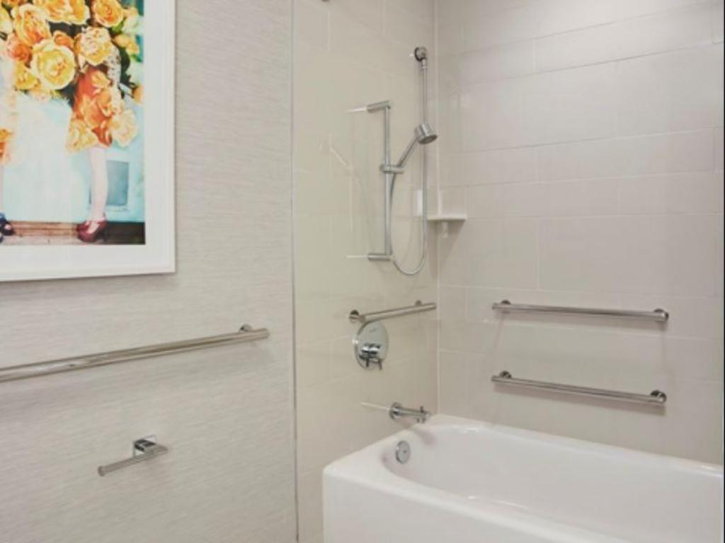 2 Queen Deluxe City View Hearing Accessible - Baño Hilton West Palm Beach