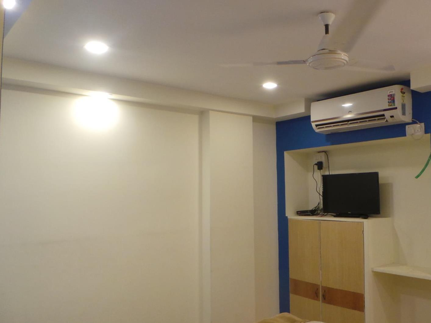 Kamar Double dengan Balkon (Standard  Double Room with Air Conditioner)
