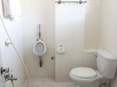 Baño Phi Long Backpacker Hostal Nha Trang (Phi Long Backpacker Hostel Nha Trang)