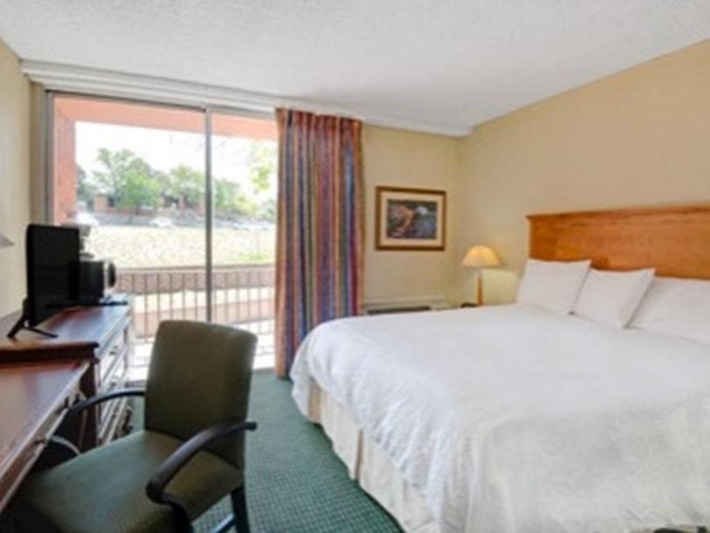 Queen Room  - Non Smoking - Легло Howard Johnson by Wyndham Albuquerque Midtown