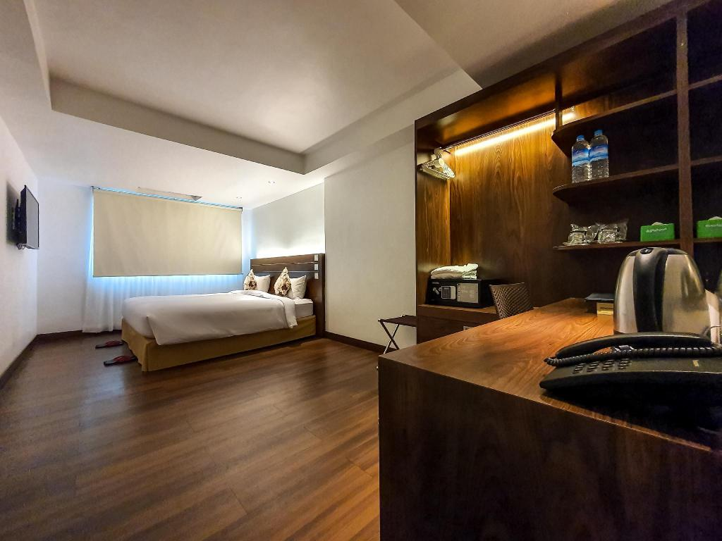 Ground Floor Premier Deluxe Room - Guestroom Clover Suites Royal Lake Yangon