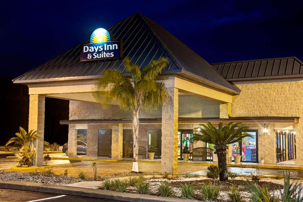 Days Inn & Suites by Wyndham Davenport