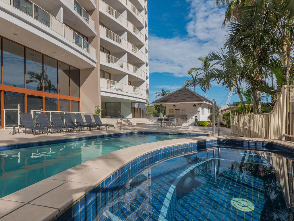 Swimming pool Broadbeach Savannah Resort