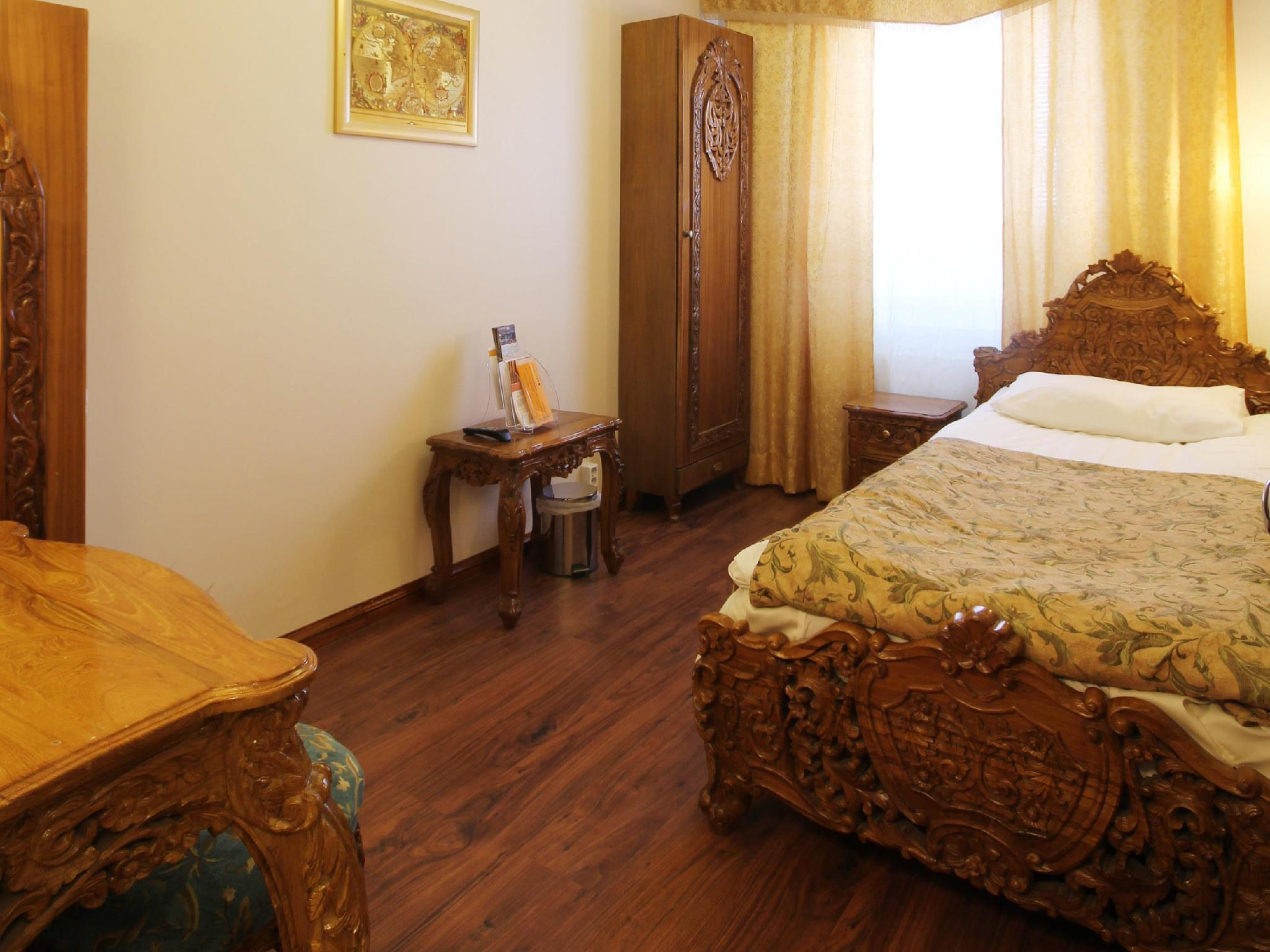 Cameră single cu baie comună (Single Room with Shared Bathroom)