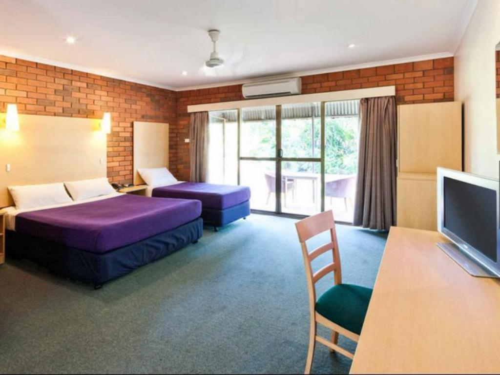 Deluxe Queen with 1 Single Bed - Guestroom Ibis Styles Katherine Hotel