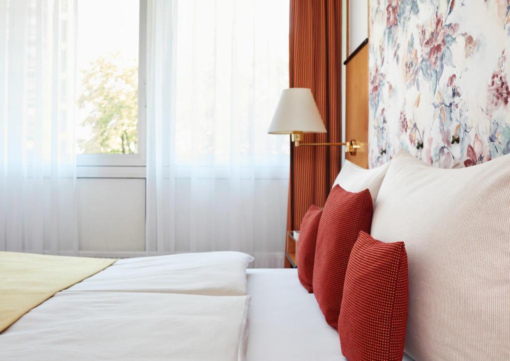 living hotel am deutschen museum by derag in munich room. Black Bedroom Furniture Sets. Home Design Ideas