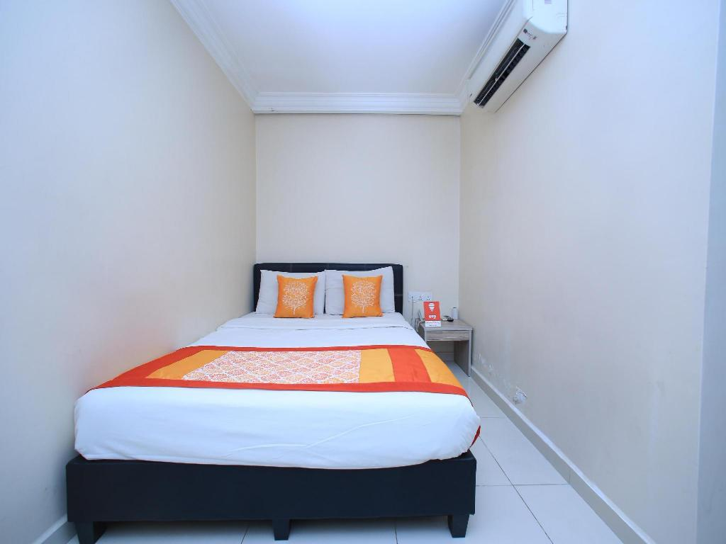Double or Twin Room with Private Bathroom OYO 115 Hotel Safari 1