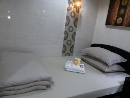 Large Single Room with Private Bathroom Aashiana Hotel
