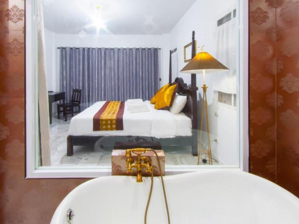 Deluxe Double (Free 2 ways airport transfer) - Guestroom Dharasom Colonial House