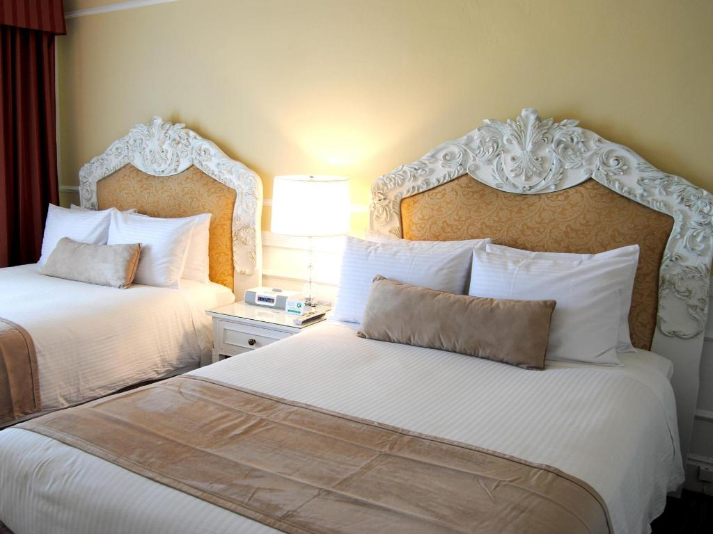 Deluxe Room with 2 Double Beds - Bed The Pickwick Hotel