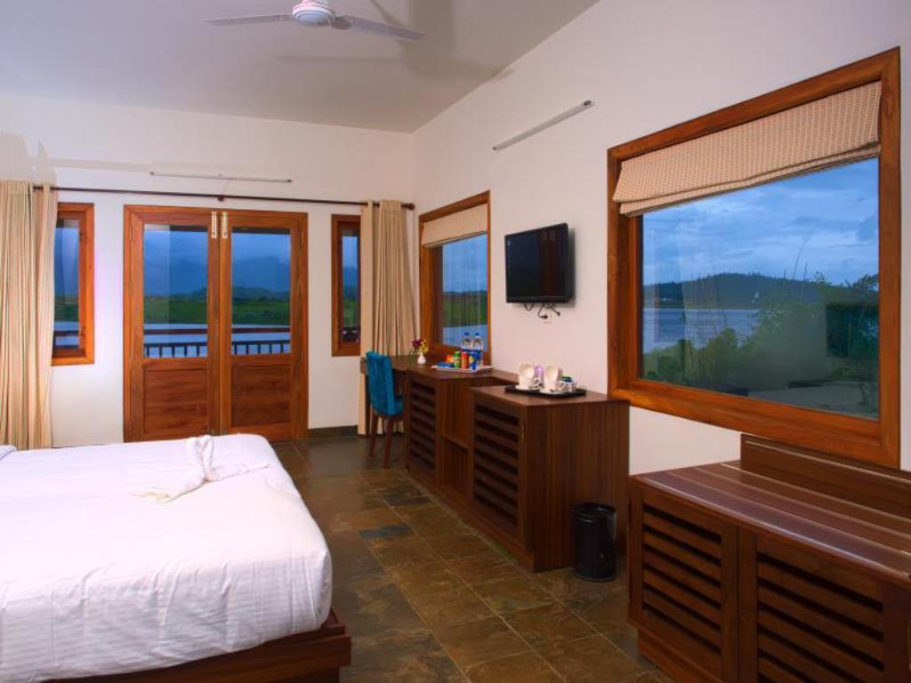 Deluxe Lake View - Bed Vistara Resort