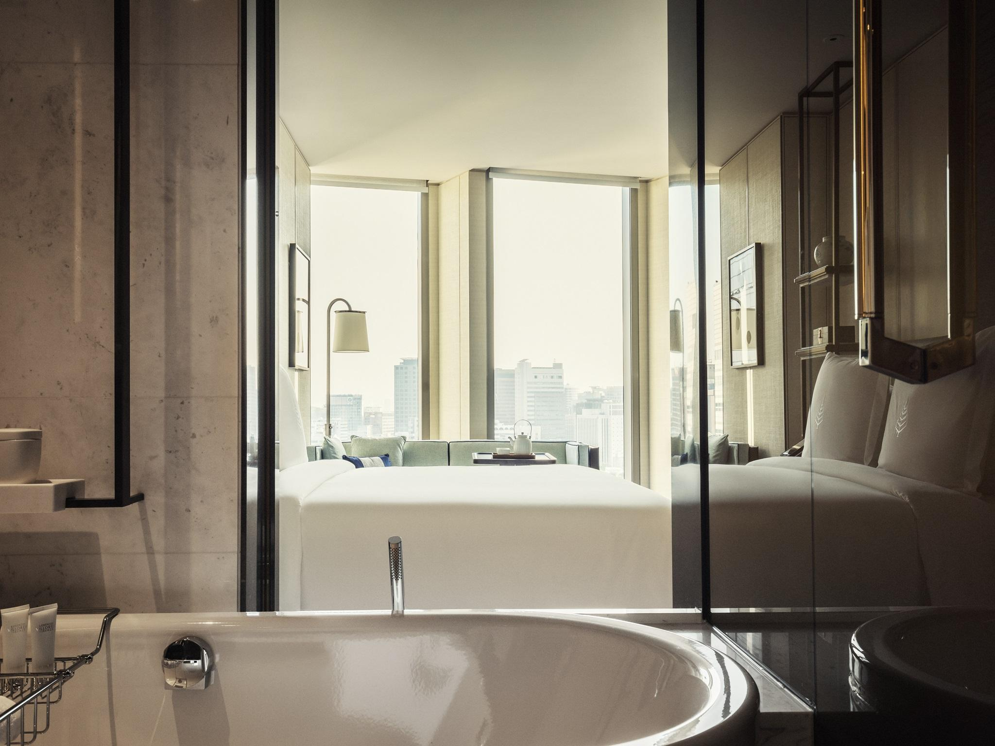 Four Seasons Executive Suite City View two double beds