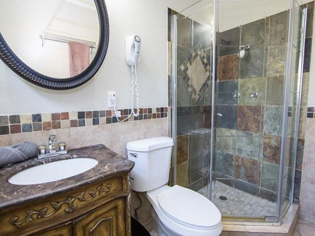 Baño Anaheim Three Bedroom Home