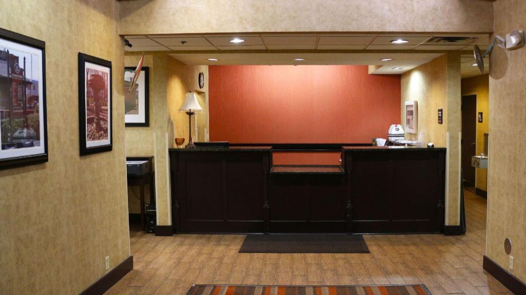 Lobby Magnuson Hotel Bourbonnais