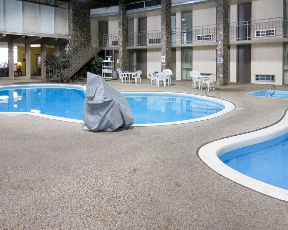 Swimming pool Econo Lodge Inn and Suites Brookings